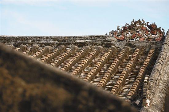 美宝村内部的老宅为传统民居,屋顶灰塑的犄角雕工精美。