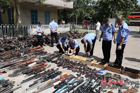 即将销毁的非法枪爆物品及退役报废警用枪支。记者肖帅 摄