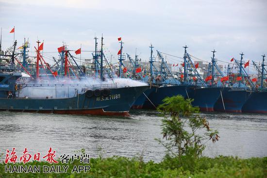8月16日中午,渔船燃放鞭炮,驶出三亚崖州中心渔港。海南日报记者 武威 特约记者 陈文武 摄