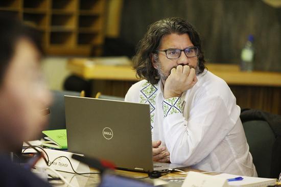 来自联合国教科文组织驻墨西哥代表处的Carlos Tejada身着的白色衬衣上就有类似黎锦的墨西哥传统图腾