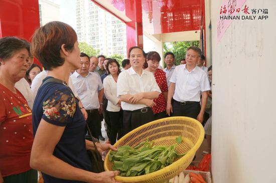 9月11日,省委书记刘赐贵来到海口市美兰区水岸星城小区,详细了解农民自产自销进社区蔬菜点情况。海南日报记者李英挺 摄