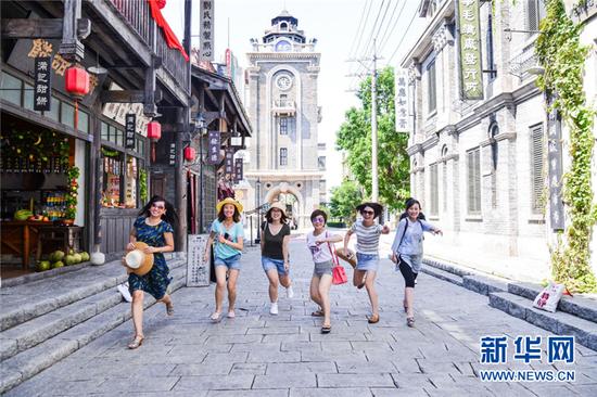 游客在观澜湖华谊冯小刚电影公社游玩。新华网发