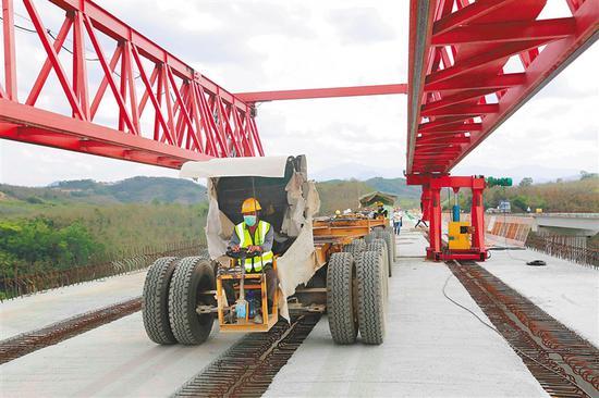 近日,儋州至白沙高速公路项目现场,工人正有序施工。 本报记者 陈元才 摄