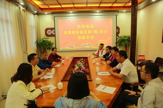 民革陵水支部党员到槟榔谷开展组织间交流活动