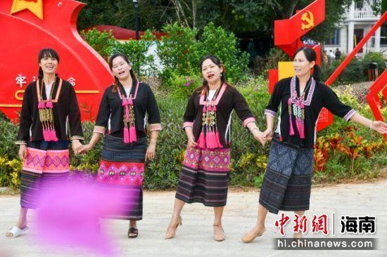 村民在西方村文化广场演唱黎族歌曲。凌楠 摄