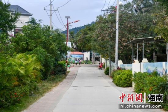 西方村干净整洁的村道。凌楠 摄