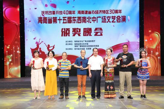 省文化广电出版体育厅厅长林光强为获奖作品颁奖