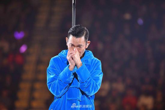 刘德华演唱会中途落泪宣布取消 双手合十向观众道歉