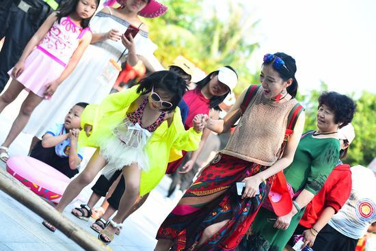 海南黎族竹竿舞互动表演活动