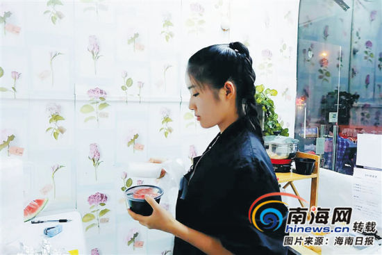 韦幼丹在清补凉店中忙活。