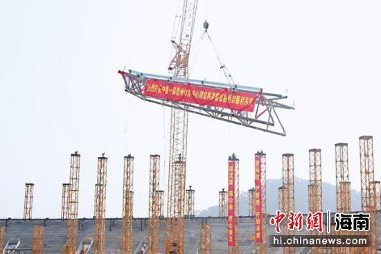 2022年第六届省运会开闭幕式主场馆钢桁架首吊成功