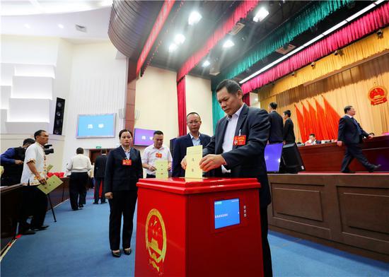 大会选举采用电子智能票箱投票和电子计票系统计票,图为与会代表投票现场