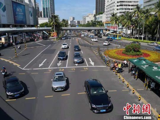 海口街道上行驶的小汽车。(资料图片)尹海明 摄