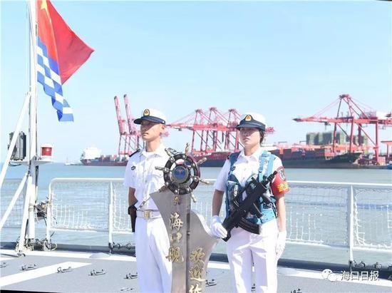 海军将士在甲板上欢迎登上海口舰的市民