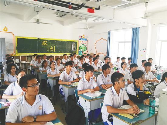 海口实验中学高二学生走班上课。 本报记者 侯赛 摄