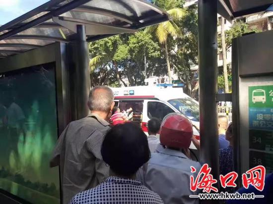 伤者被送上120急救车(网友罗先生供图)