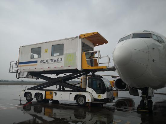 暖冬旅游季:海口美兰国际机场为候鸟旅客提供无障碍升降车服务