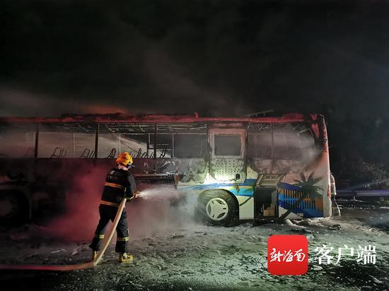 万宁一辆新能源公交车撞护栏起火 幸未造成伤亡