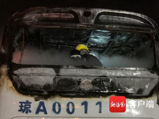 新能源公交车撞护栏起火,万宁消防成功处置。
