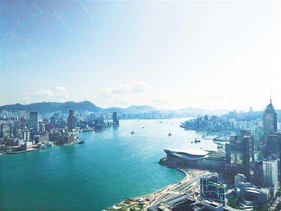 维多利亚港两岸是香港繁华的商业区。 本报记者 周元 摄