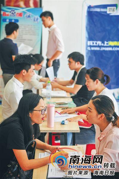 6月8日,海南省互联网人才公益招聘会在海口市解放西路金棕榈广场举行,会场内挤满了应聘者。海南日报记者袁琛摄