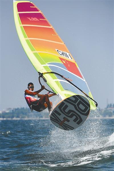 毕焜在男子帆板RS:X级比赛中。新华社发
