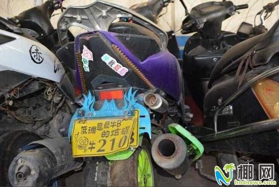 非法改装的摩托车排气管高清图片