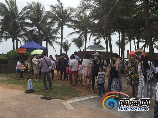 稻草人嘉年华活动现场,市民排队领票。南海网记者王旭摄