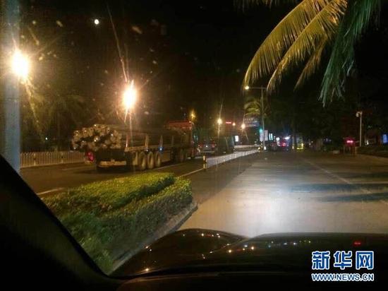 夜里行驶在海口滨海父亲路途段壹辆装载钢筋的货车。(网友供图)