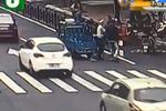 违章电动车拒罚突踩油门 交警被拖拽50米缝15针