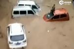 实拍广西暴雨洪流冲走汽车 男子趴车顶求救