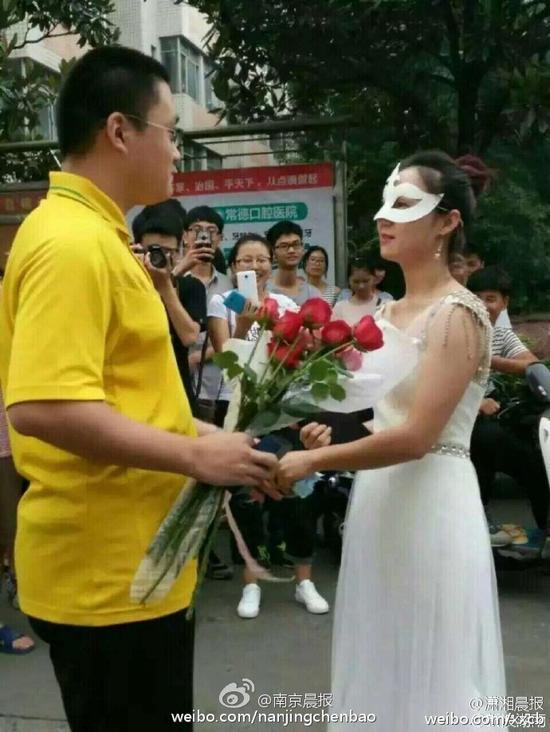大学女老师穿婚纱向男学生求婚(图)