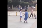 小学生当街闹分手 小女孩声泪俱下质问男友