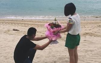 小伙在浪漫海滩求爱 见证文昌火箭发射
