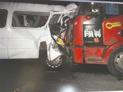 客车高速路停车被撞致2死 下车乘客被当场撞死