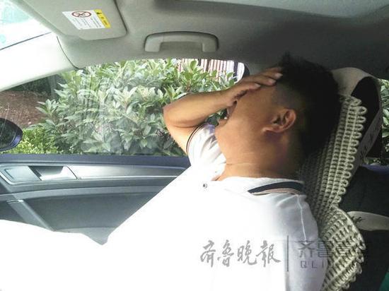 郭某父亲掩面大哭,称自己平时忙生意,没把儿子教育好。齐鲁晚报·齐鲁壹点记者 刘震 摄