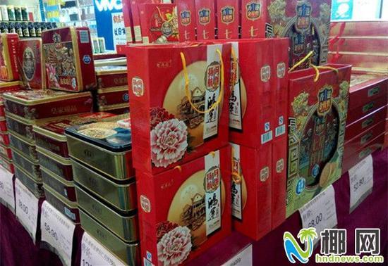 """在海甸岛某大型超市,一位正在摆放礼盒月饼的工作人员告诉记者:""""图片"""