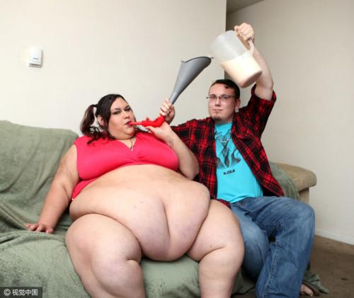 女子誓将体重增至900斤 男友漏斗喂饭