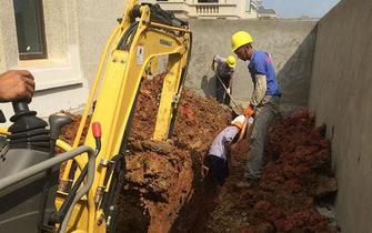 施工队挖出6年前旧燃气管道铺进新小区
