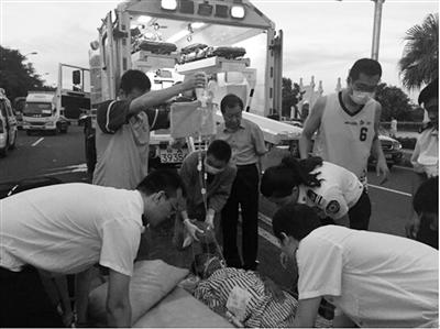 急救医护人员抢救病人