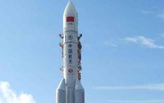 长征五号运载火箭在文昌进行垂直转运