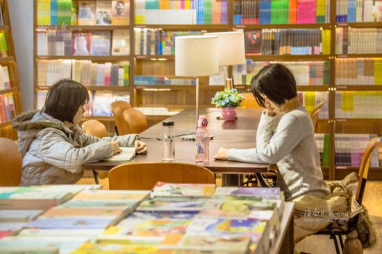 海口解放西路的新华书店里,读者在认真阅读。 海南日报记者李幸璜摄