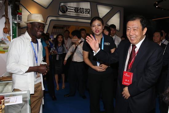 李国梁副省长(右)在旅游文化商品展区与非洲参展商交谈