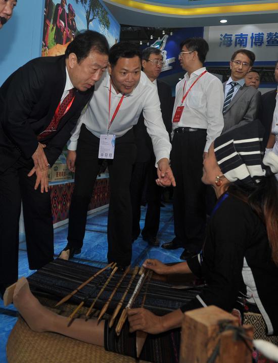 李国梁副省长(左)与海南黎族传统手工艺者交谈