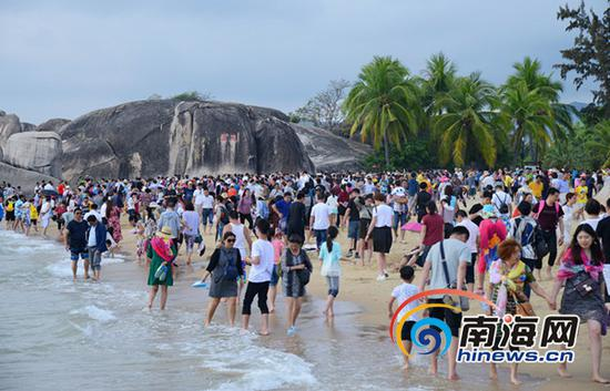 """2017年春节黄金周三亚实现了旅游人数和旅游收入双增长,赢得经济效益""""大丰收""""。"""