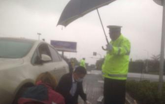 海口交警雨中为受伤群众撑伞 等待救护车