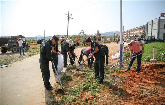 联防队员等多方力量参与环境卫生整治