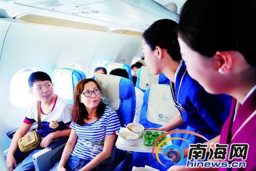 南航乘务员在飞机上为二人提供贴心服务.