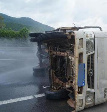 司机高速公路货车侧翻 三亚消防紧急救援