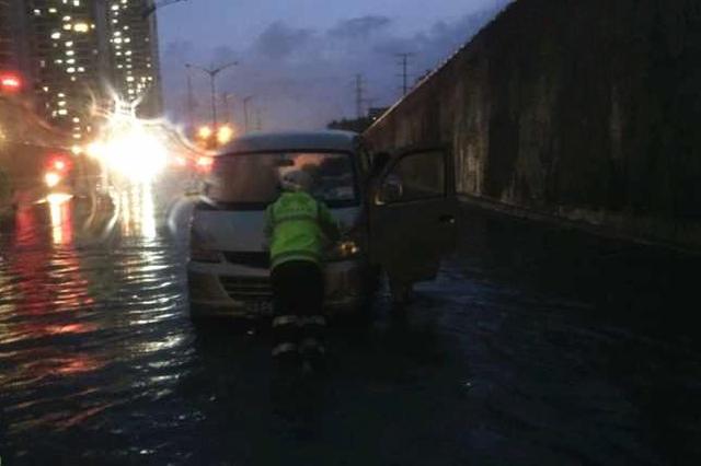 雨水就是命令!暴雨致海口部分路段积水 交警忙疏导